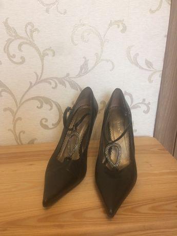 Туфли черные, натуральная кожа с красивой брошкой спереди