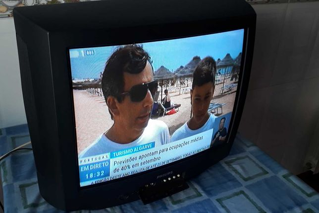 Televisão Philips CRT antiga a funcionar