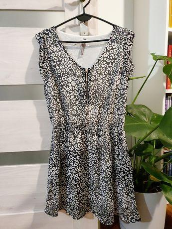 Sukienka w czarno białe cętki