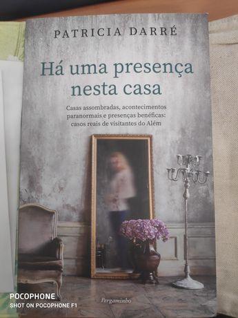 """Livro """"há presença nesta casa"""" - Patrícia Darré"""