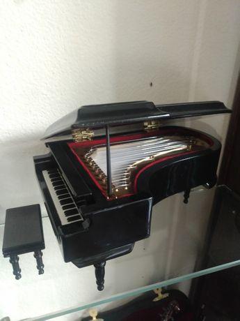 Miniatura de Piano de cauda com música