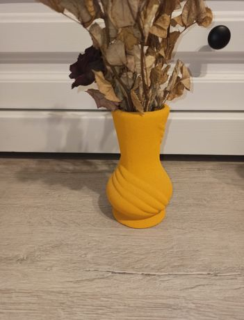 Żółty wazon do pokoju dla dziecka