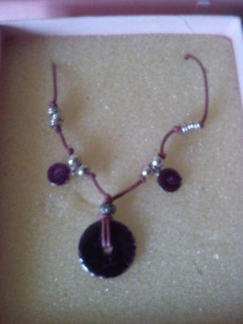 Naszyjnik w odcieniach fioletu wraz z pudełkiem