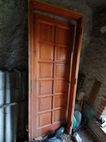 Drzwi drewniane zewnętrzne. Stan bardzo dobry. Drzwi z futryną.