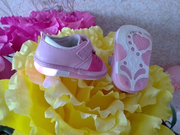 Продам кожаные кроссовки на весну для девочки