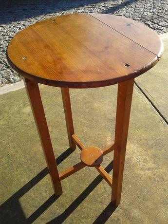 2 mesas de apoio redondas em madeira maciça com 2 níveis