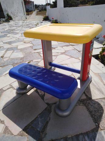 Mesa com banco para criança