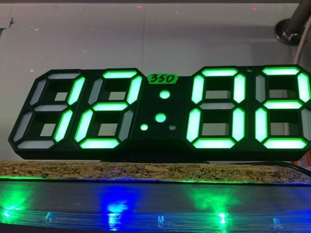 Часы светящиеся, неоновые, синие и зеленые. Электронные часы