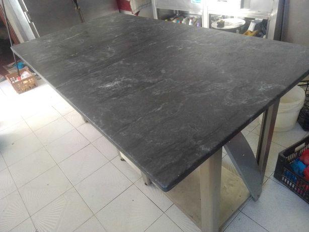 Mesa em pedra com armação em inox