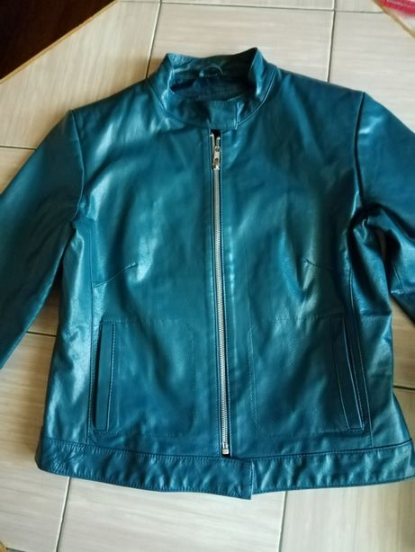 Niebieska kurtka biker ze skóry.