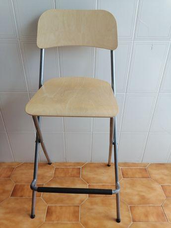 Cadeira alta de madeira e metal