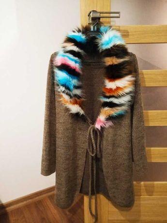 Narzutka sweterek z kolorowym futerkiem wiązany