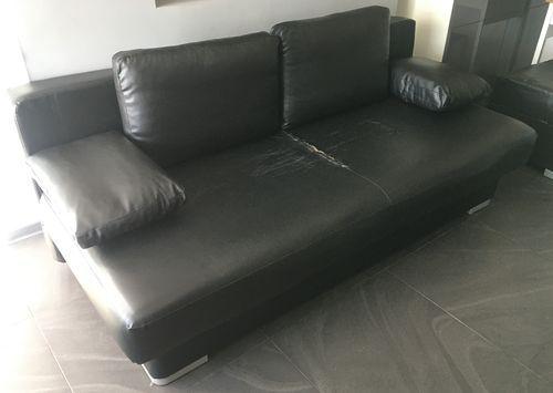 Sofa rozkładana (czarna eco skóra) plus dwie pufy