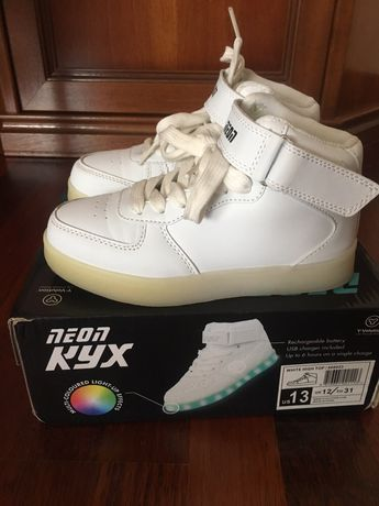 Кожаные белые светящие кроссовки NEON KYX