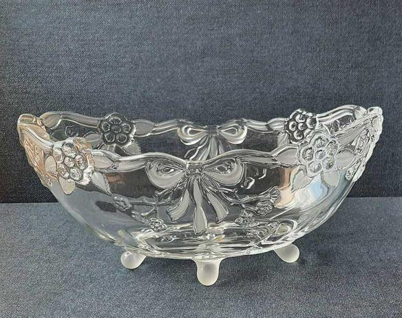 Taça de cristal antiga com desenhos em relevo de flores e laços