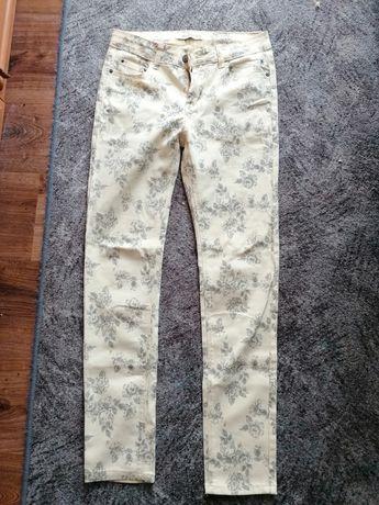 Jasne jeansy w kwiatki