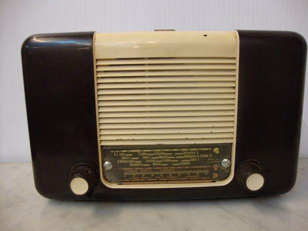 Rádio antigo a válvulas