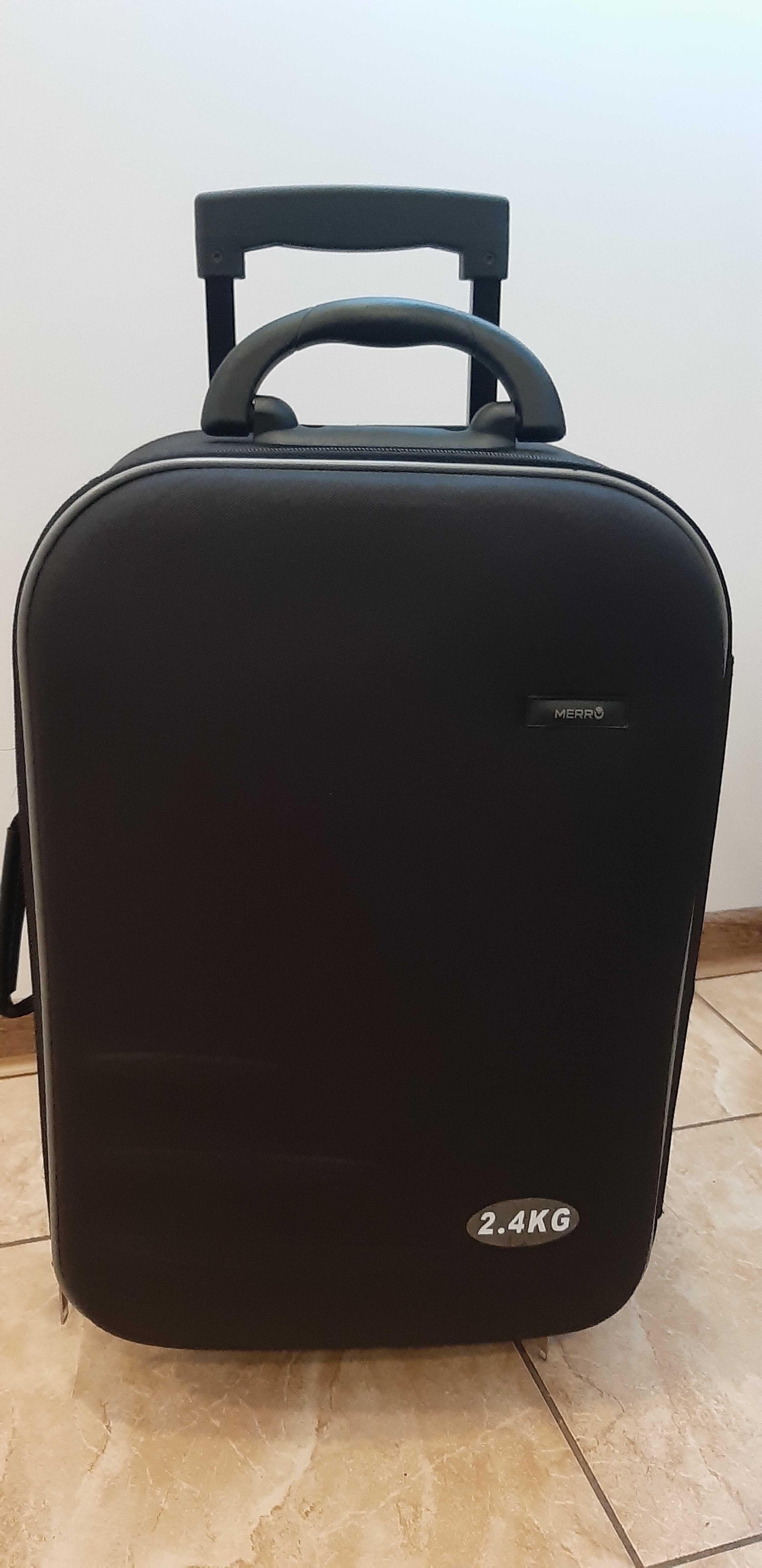 Czarna walizka na kółkach