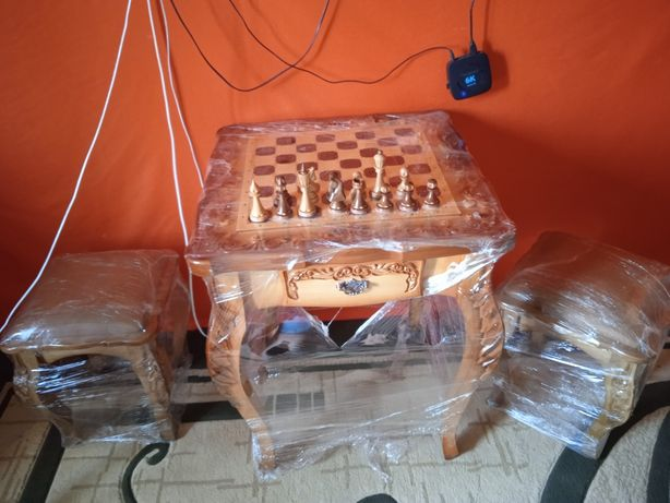 шахматный стол с двумя стульчиками.