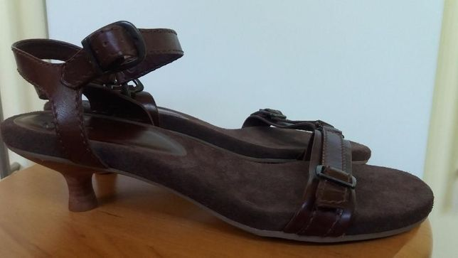 Nowe Clarks sandały skórzane wkładka 27 cm sandałki na obcasie