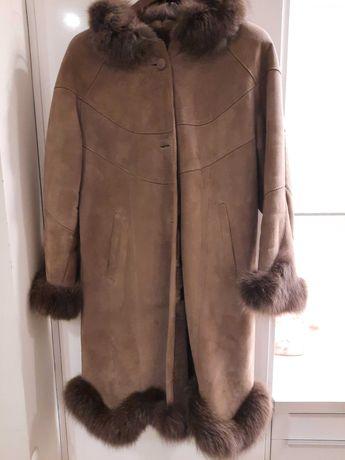 Naturalny długi plaszcz z futrem, kożuch z kapturem