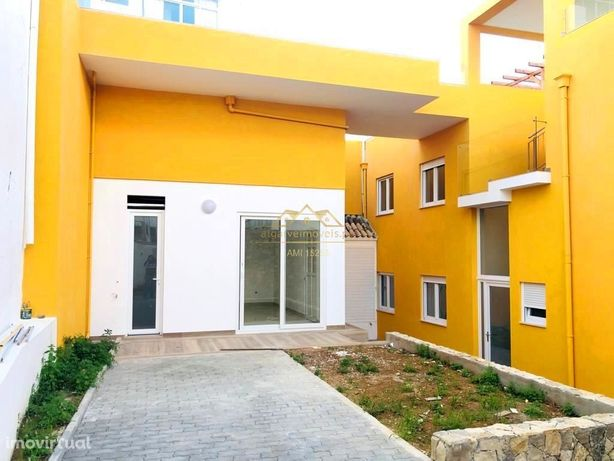 Casa com 11 suites, piscina e vistas deslumbrantes a 500m da praia