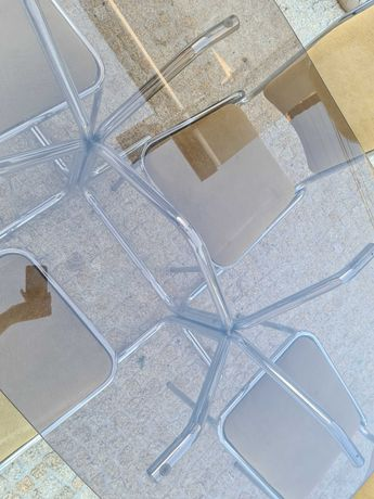 Mesa de jantar em vidro com cadeiras