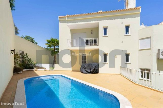 Apartamento T2 em condomínio com piscina situado a 150 metros da Praia