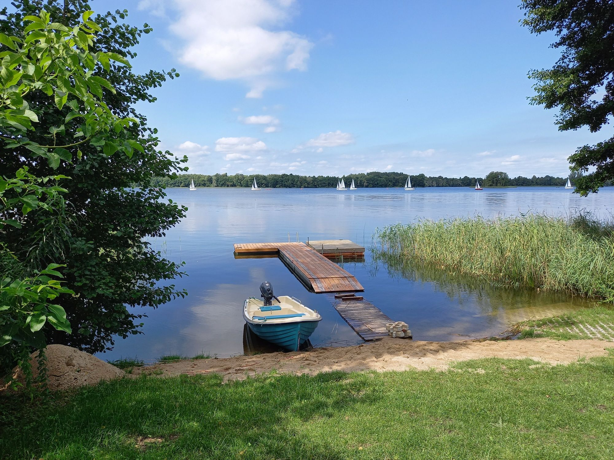 Domek nad jeziorem z linią brzegową