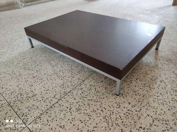 Mesa com tampo em madeira de apoio a sala ou centro