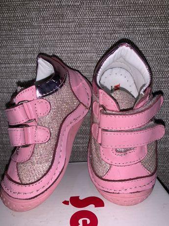 Продам кроссовки для девочки 20 размер
