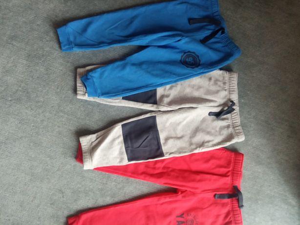 Trzy pary spodni dresowych w rozmiarze 98/104
