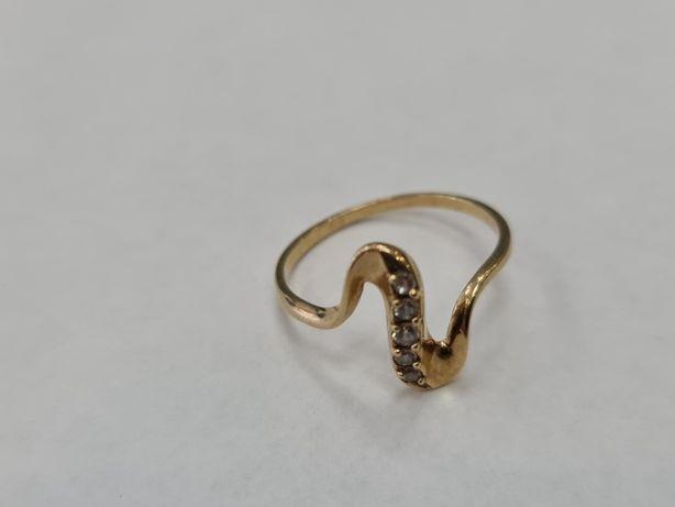 Klasyczny złoty pierścionek damski/ 333/ 1.55 gram/ R15/ Cyrkonie