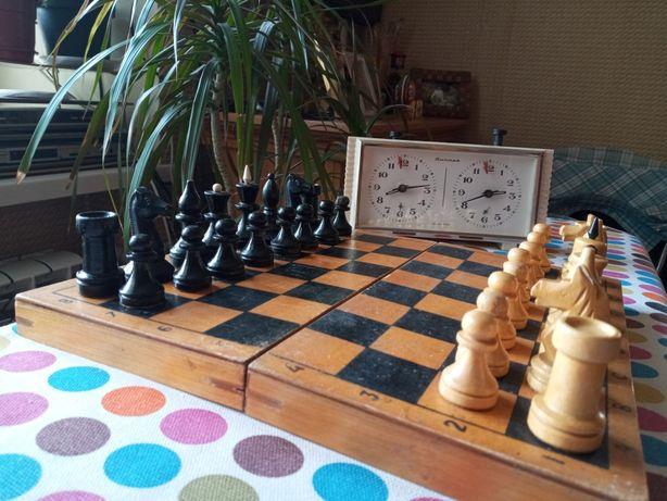 Шахматные часы и шахматы