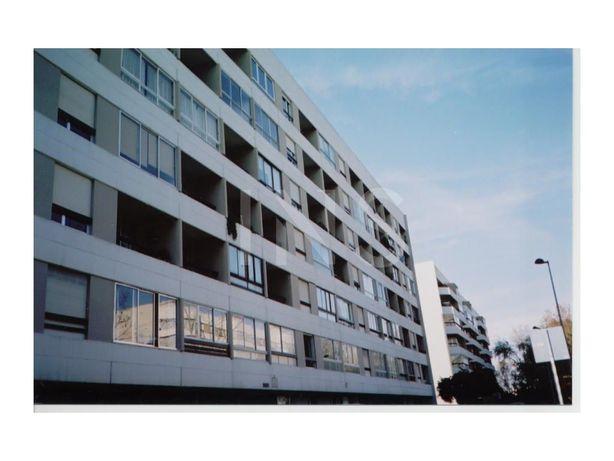 Apartamento T1 sem móveis para arrendamento no Alto da Ba...