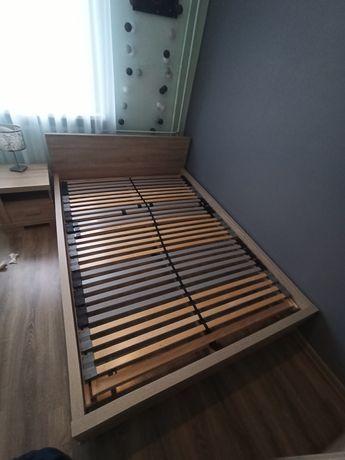 Łóżko ze stelażem i dwie szafki nocne