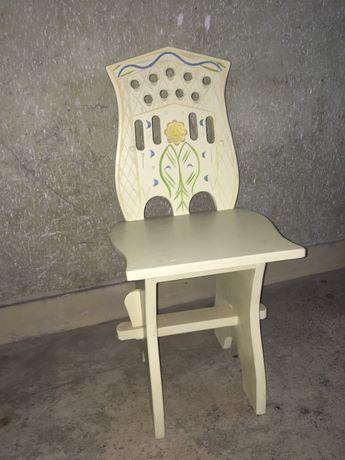 Cadeira em madeira trabalhada - bom estado