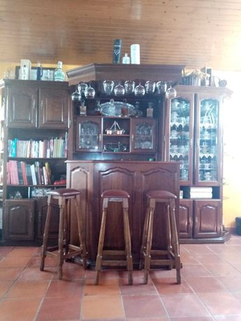 Bar com bancos e iluminação