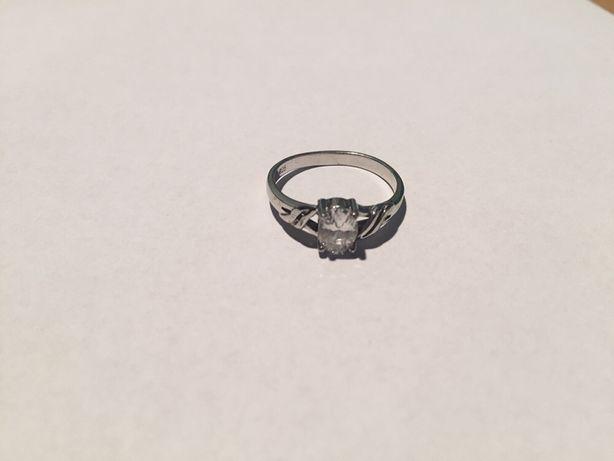 Srebrny pierścionek z cyrkonią, średnica 17 mm