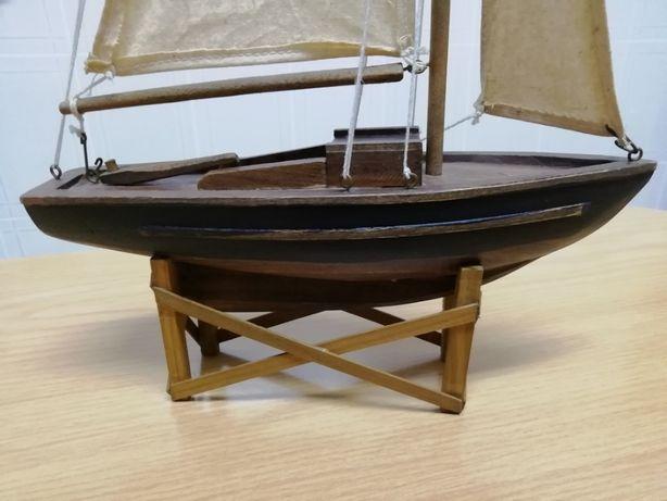 Barco à Vela em madeira com velas em pano