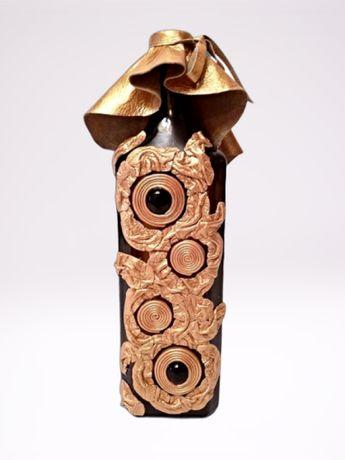 Коричневая бутылка в золотой коже для вина, или ваза для цветов.