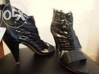 Sapato preto as tirinhas com salto alto e fecho atrás Novos