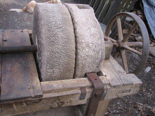 przedwojenny stary śrutownik granitowy