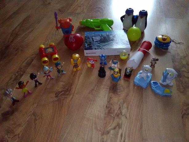 Zestaw zabawek:puzzle,dwie lornetki,pistolet na wode,figurki rózne