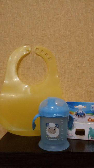 Кружка-непроливайка і слюнявчик фірми Canpol Babies. Ціна 80 і 40 грн.