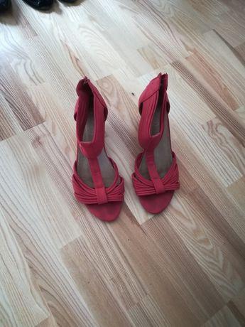 Buty czerwone na koturnie