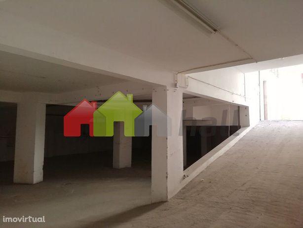 Parqueamento para 16 veículos com 423,79 m2 em zona de alta densidade