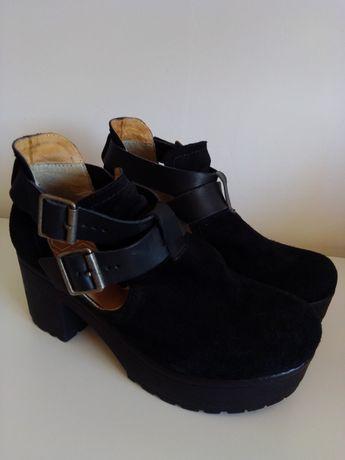 Sapato preto em cunha tamanho 36