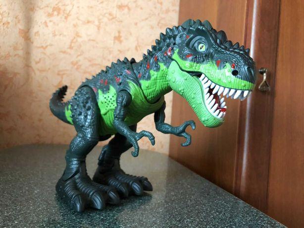 Динозавр на пульте дист управления