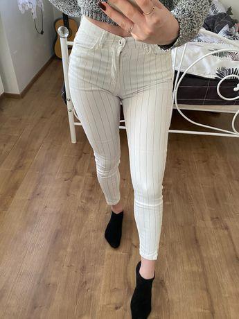 Białe spodnie w czarne cętki